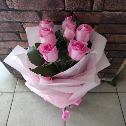 7 розовых роз в матовой пленке