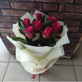 7 алых роз в матовой пленке