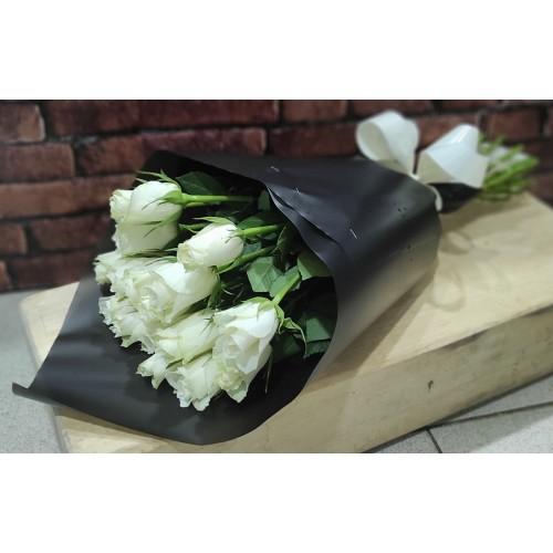Белые розы в чёрной матовой пленке