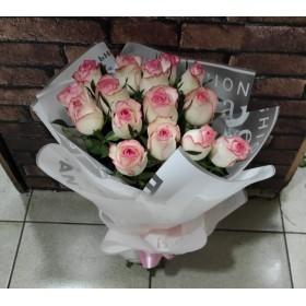 Нежные розы в дизайнерской упаковке