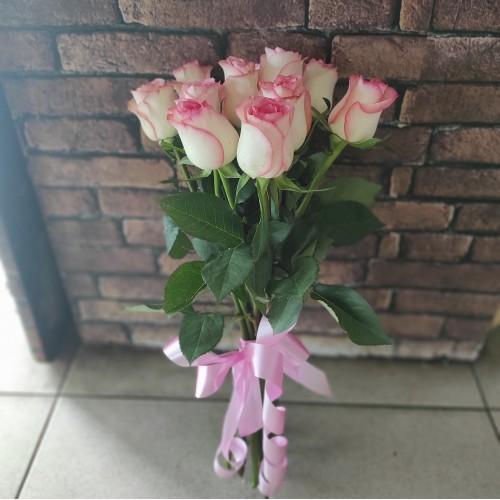 9 нежно-розовых роз под ленту