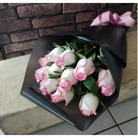 11 нежно розовых роз в матовой пленке
