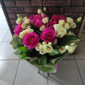 Нежный букет с розами и эустомой